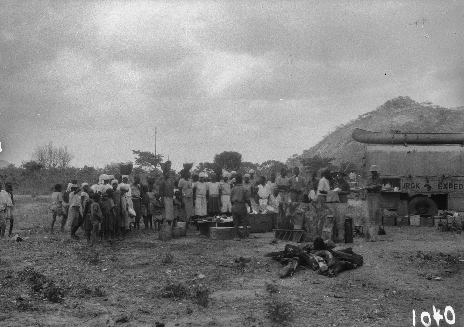 Мутоко. Жители деревни с членами экспедиции