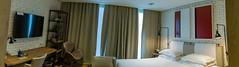"""Gesamtansicht des Hotelzimmers für zwei Personen im """"The Corner Hotel Barcelona"""", Spanien, mit geschlossenen Vorhängen und weißem Mauerstein"""