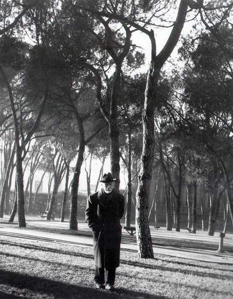 Baroja paseando por el Retiro Madrid 1950 Gelatina de plata 50x48 cm Foto Nicolás Muller