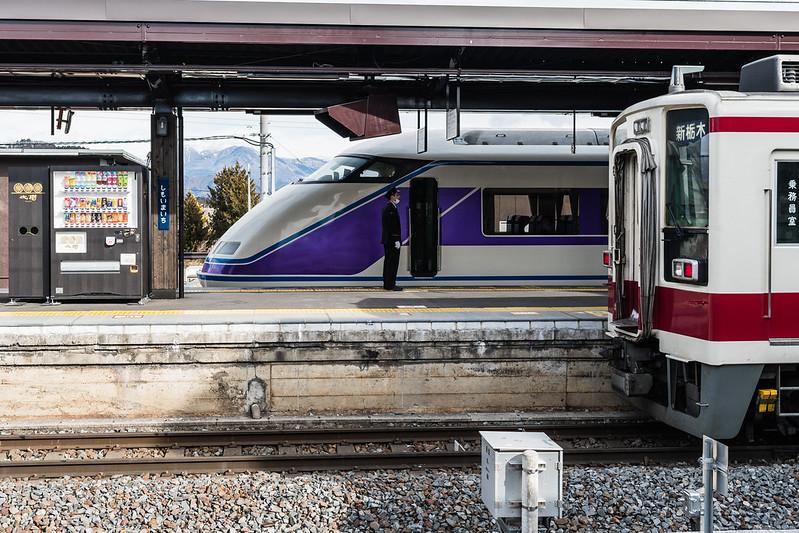 下今市駅に停車する列車