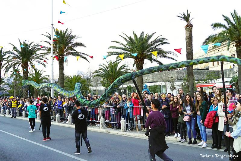 Макет змеи на карнавальном шествии в Которе