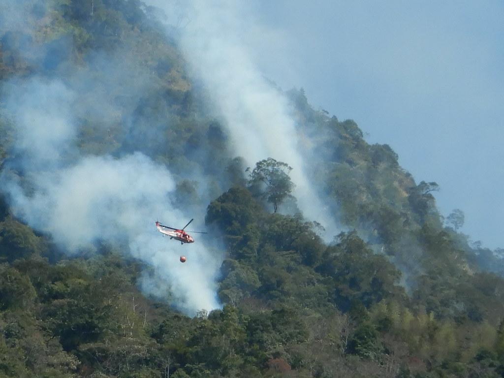 以黑鷹直升機吊掛灑水,對於地形陡峭的台灣森林,能加速滅火。圖片來源:南投林管處