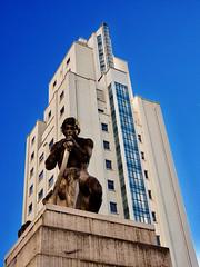 Villeurbanne - Statue à l'entrée des Gratte-Ciel avenue Henri Barbusse.