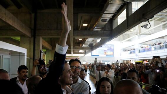 Guaidó volta à Venezuela e realiza ato em clima pacífico