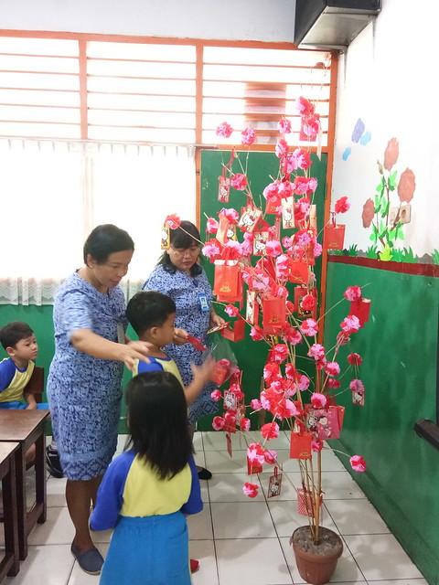 Pembagian angpau kepada anak-anak dalam rangka perayaan imlek