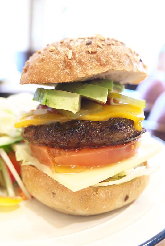 カド珈琲のアボカドチーズバーガー