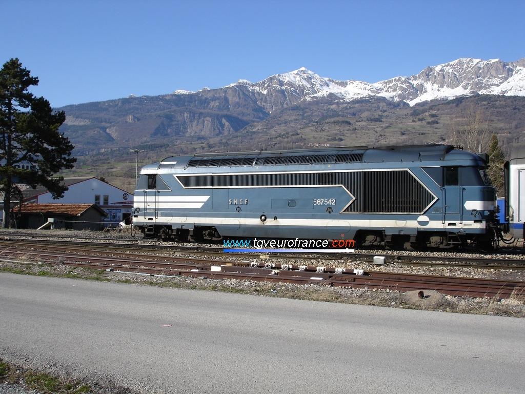 La locomotive Diesel BB 67542 SNCF en livrée Arzens en gare de Chorges