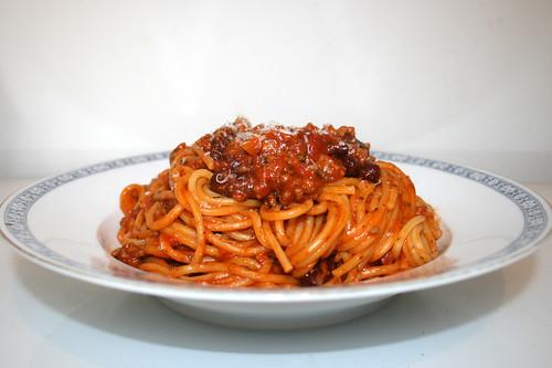 Spaghetti with mincemeat bean tomato sauce - Side view / Spaghetti mit Hackfleisch-Bohnen-Tomatensauce - Seitenansicht