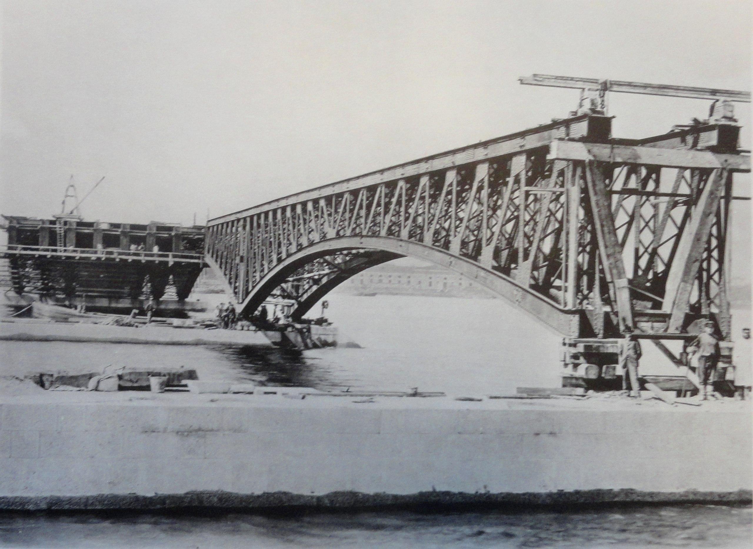 1901. Первая пара ферм левого крайнего пролета после установки на быки. 8 июня