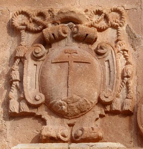 Cambil (Jaén-España). Plaza de la Constitución. Iglesia de la Encarnación. Portada. Escudo de obispo
