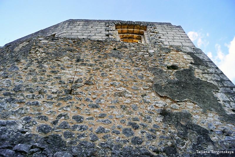 Вид снизу на крепостную стену Верхнего города