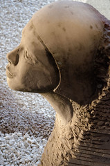 Sculpture femme avec bonnet