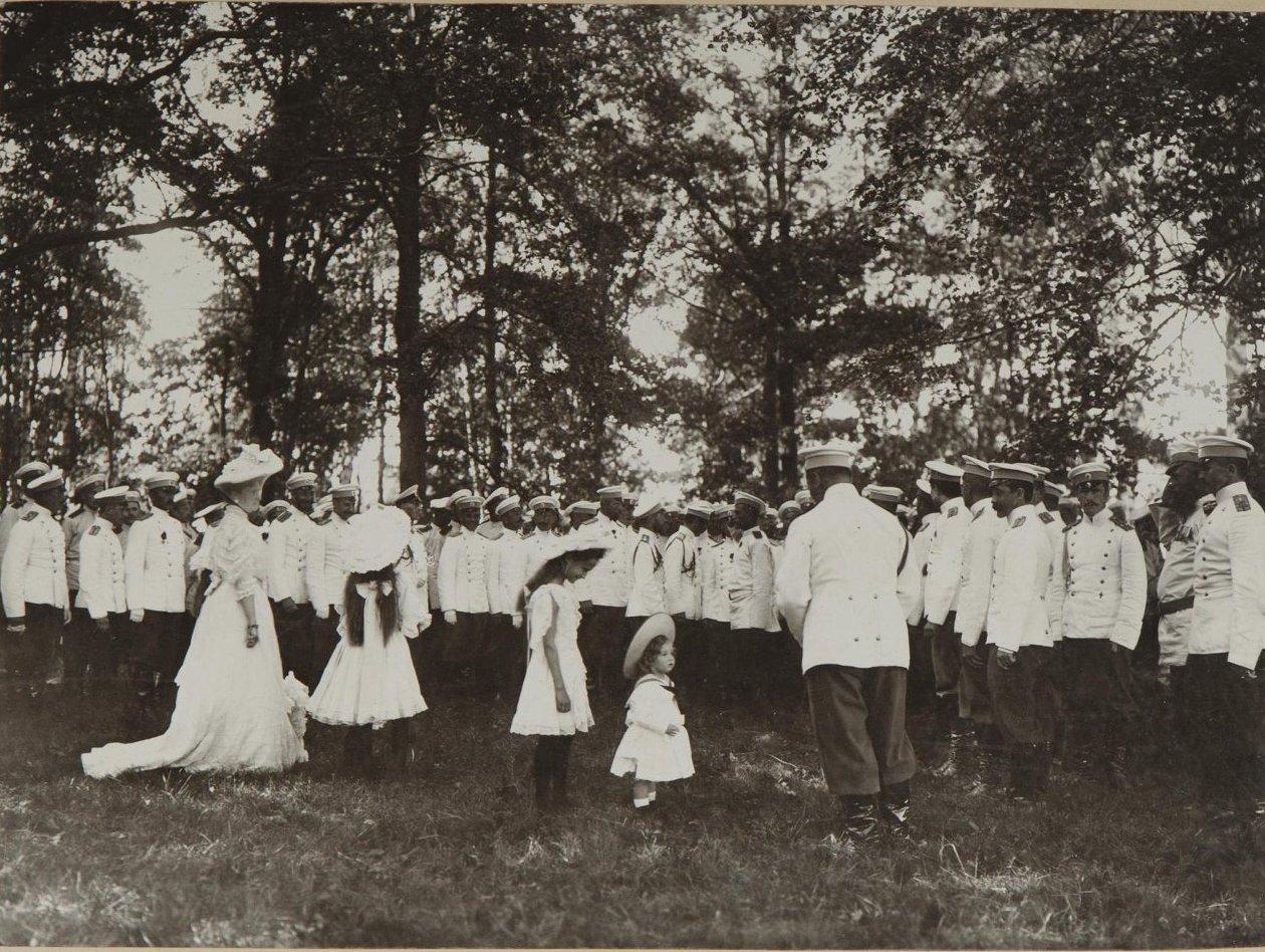 1906. Император Николай II с семьёй в окружении военных