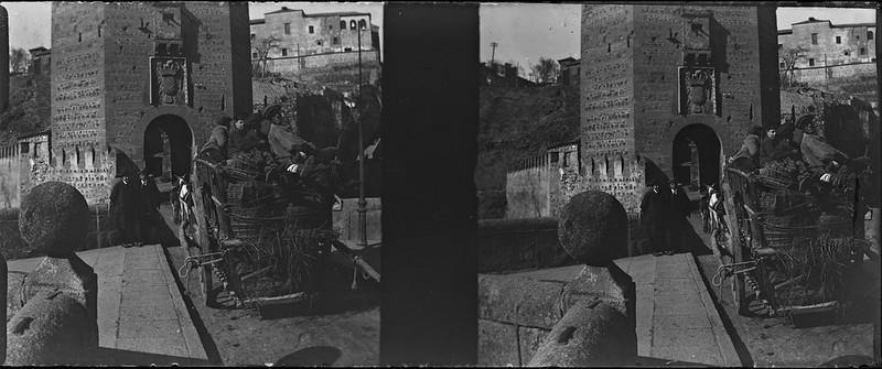 Arrieros en un carro en el Puente de Alcántara de Toledo el 24 de febrero de 1918. Fotografía de Carles Batlle Ensesa © Ajuntament de Girona. CRDI (Carles Batlle Ensesa)