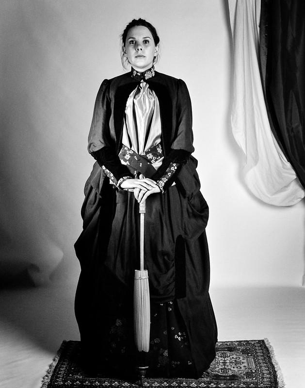 Portrait en robe à tournure 1885