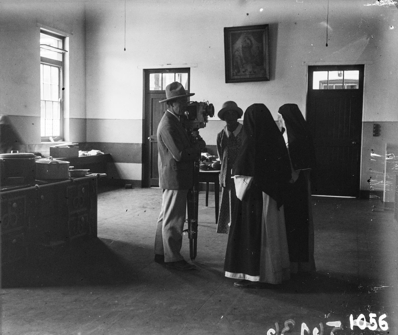 Две монахини разговаривают с оператором