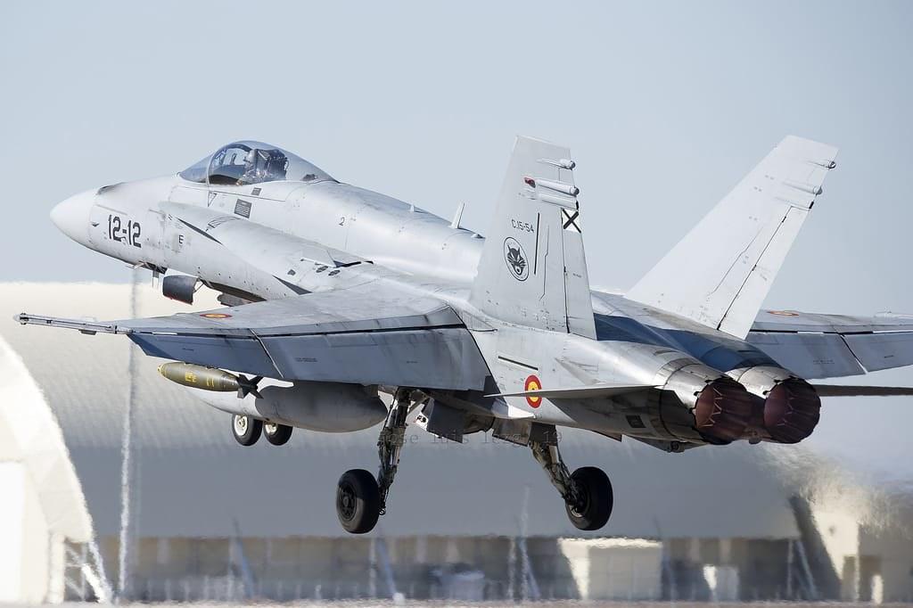 F-18 despegando de la base aérea de Zaragoza