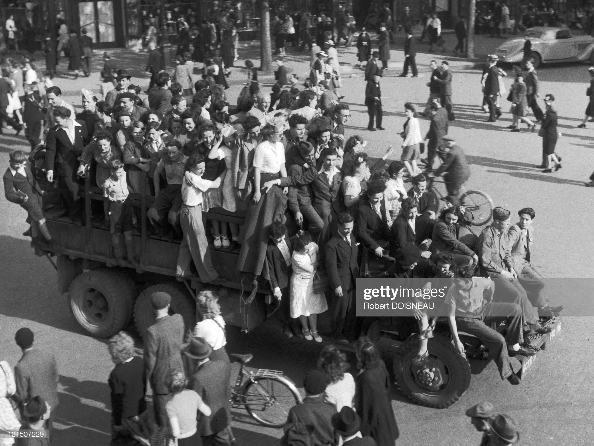 1945. День Победы на Больших бульварах. 8 мая