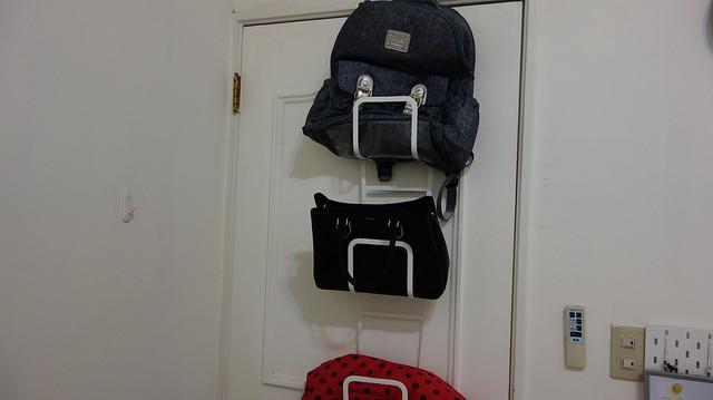 包包掛起來的樣子@YAMAZAKI創意包包收納架