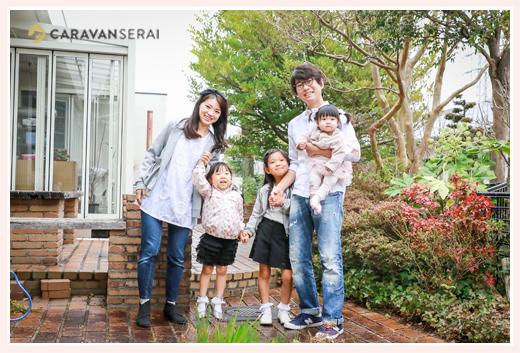 自宅の庭で家族写真撮影