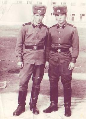 Павел Безделов (справа)
