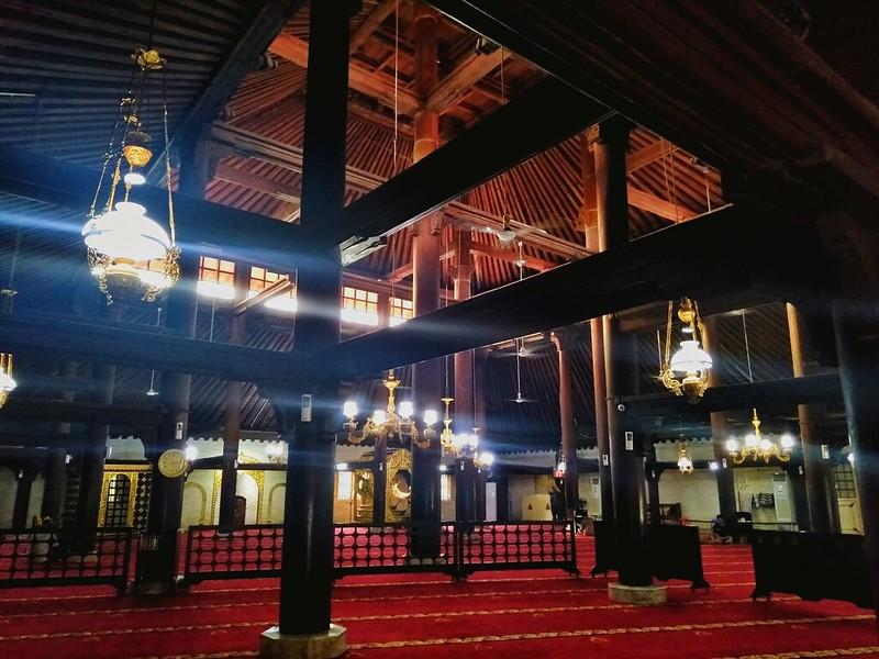 Bagian dalam Masjid Gedhe Keraton Yogyakarta (pict : Selly Juanisa H)