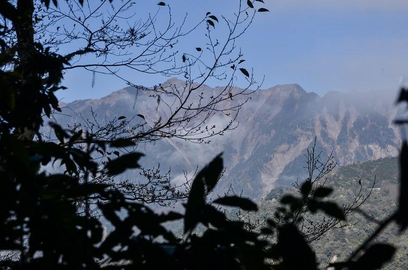 戒茂斯山登山途中西眺關山大斷崖 (1)