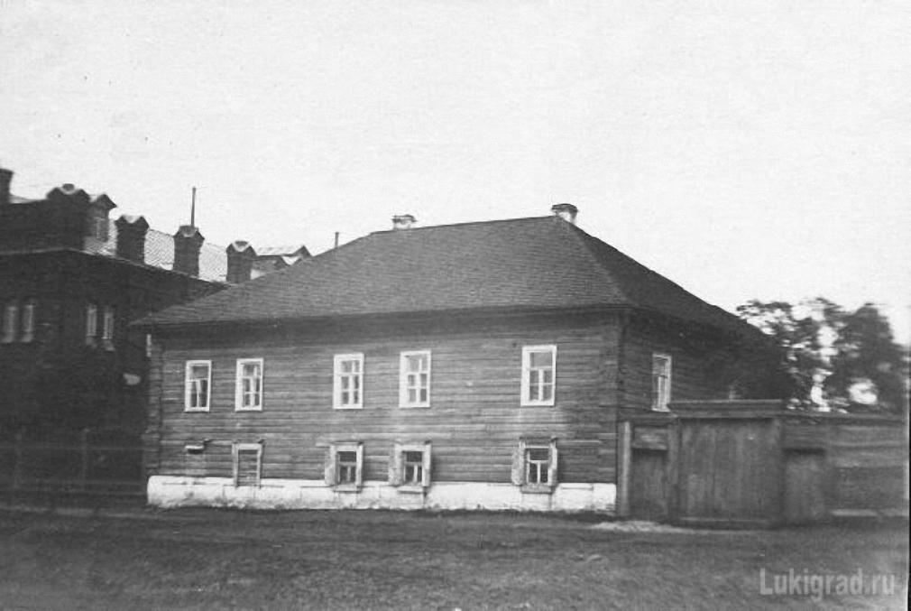 Дом Ковзана рядом с синагогой
