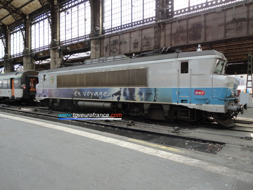 La locomotive BB 7242 SNCF en livrée En voyage en gare de Paris Austerlitz le 10 mai 2012