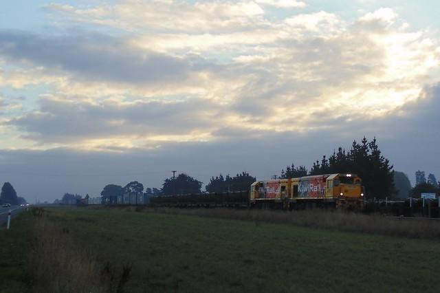 Train 922 approaching Tinwald, Sony DSC-H100