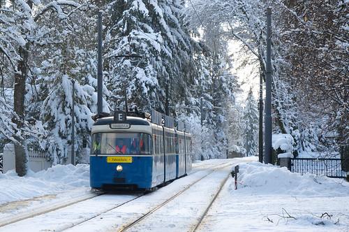 P-Zug 2005/3005 im winterlichen Grünwald zwischen den Haltestellen Parkplatz und Robert-Koch-Straße