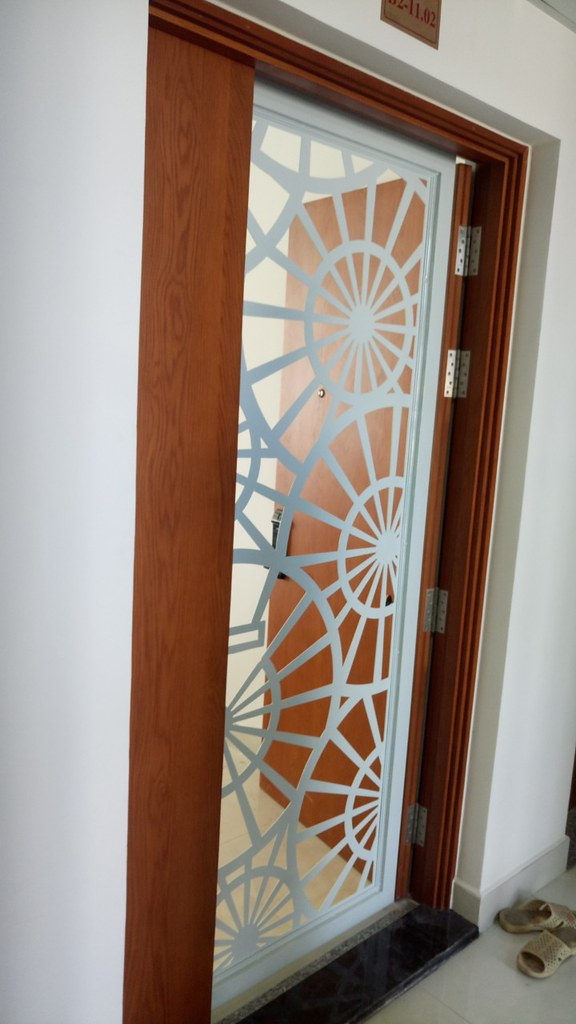 Hình ảnh cửa sắt chung cư hoa sắt cắt CNC GHZ-723 tại căn hộ chung cư Tara - Tạ Quang Bửu