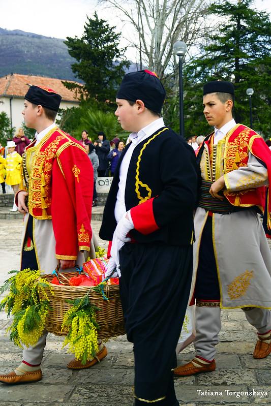 Мальчики в народных костюмах