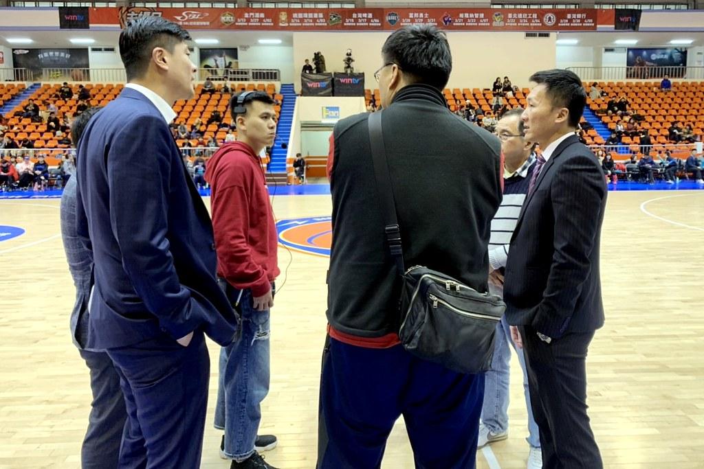 雙方教練在討論比賽延後開打。(倪芝蓉攝)