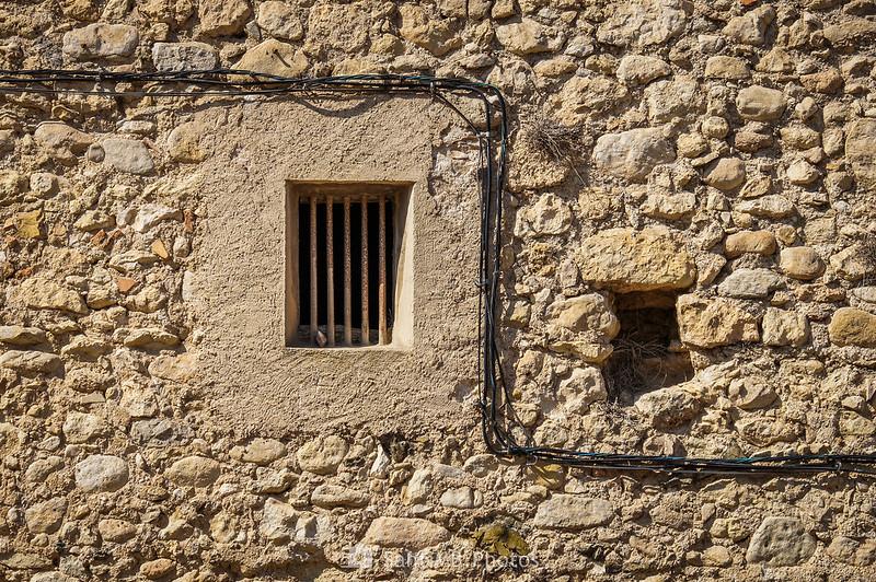 Ventana con barrotes en el Castell de Penyafort
