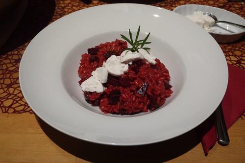 Rote-Bete-Risotto mit Ziegenfrischkäse (mein erster Teller)