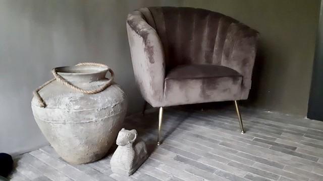 Waaltjesvloer grote kruik fluwelen donkerroze stoel
