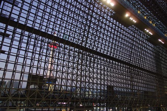 京都駅ビルと京都タワー (2019/01)