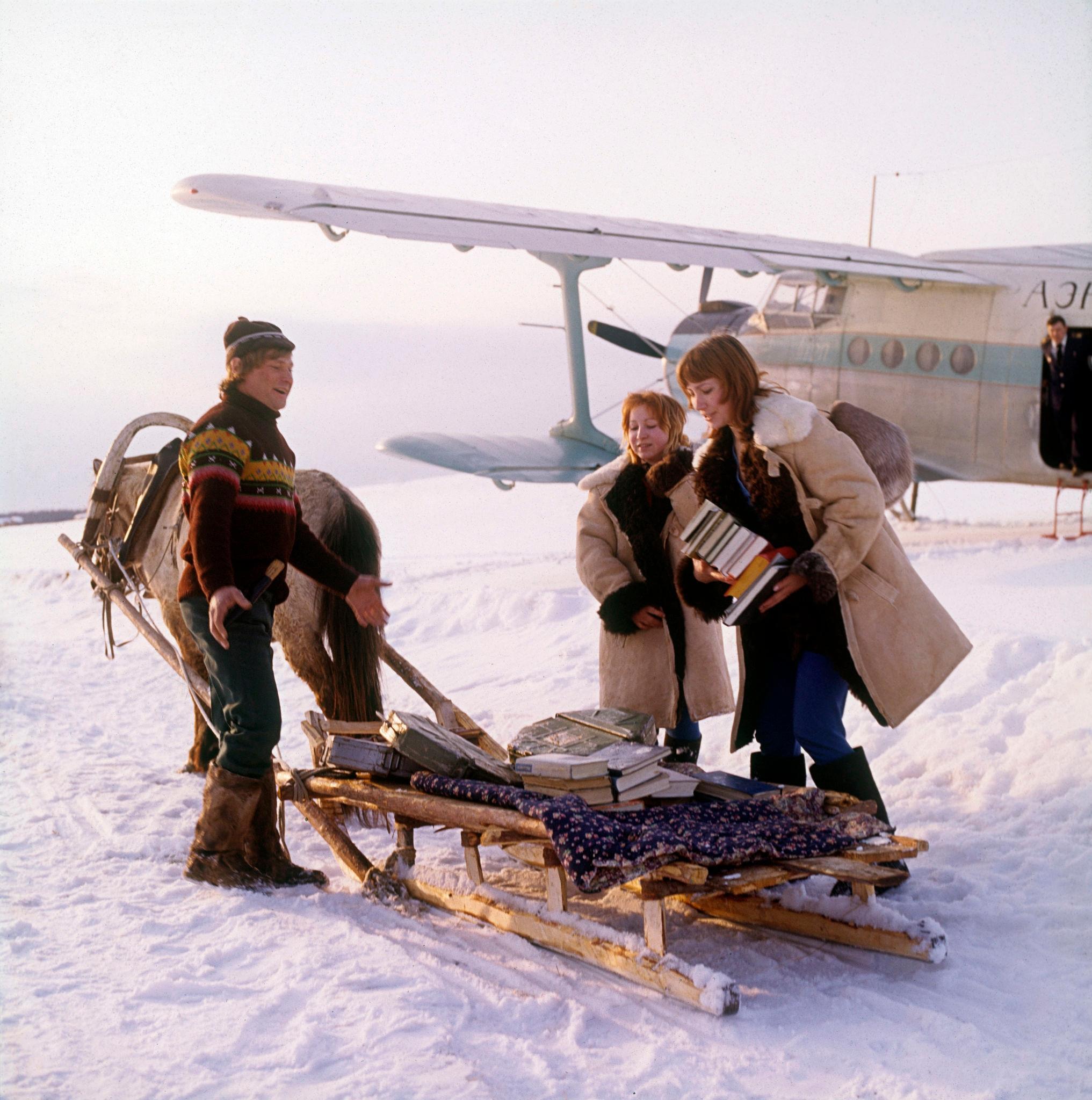 1970-е. Лена, таежная метеостанция Китулья, прибытие транспортного самолета