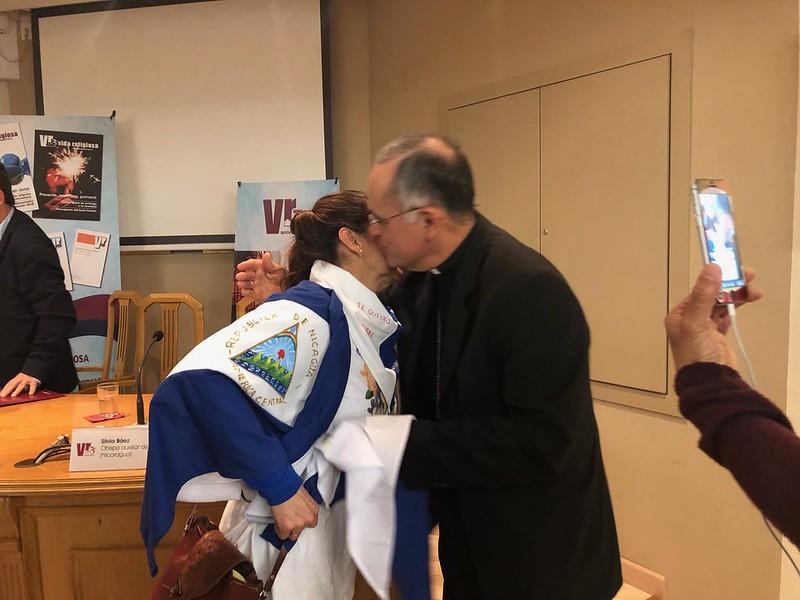 MOnseñor Báez saluda a Araceli