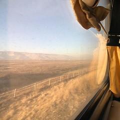 火車緩緩駛往首都烏蘭巴托,城外近郊還是一片浩瀚大漠,沙塵籠罩總是抹上一層卡其色的。 【浪游旅人】https://ift.tt/1zmJ36B #bacpackerjim #morning #cold #belowfreezing #sleeper #compartment #bed #train #railway #ulaanbaatar #mongolia #Улаанбаатар #монголулс
