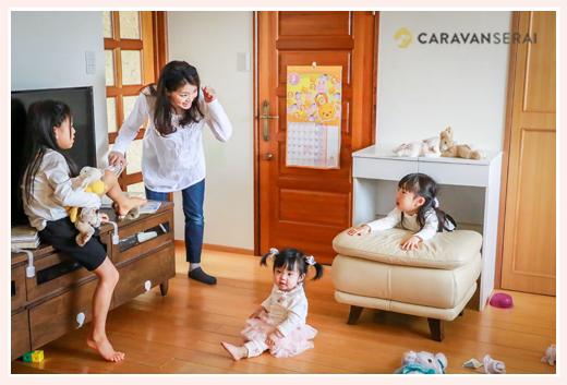 リビングでくつろぐ家族 三姉妹とママ