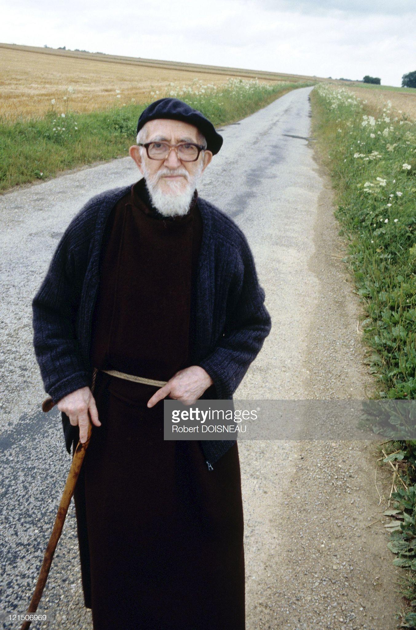 Аббат Пьер (в миру Анри Антуан Груэ — французский общественно-политический деятель. Католический священник. Кличку «аббат Пьер» Груэ получил в годы Второй мировой войны, когда он принимал участие во французском движении Сопротивления). Париж