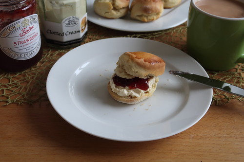 Scone mit Clotted Cream und East Anglian Strawberry Conserve (mein 1.)