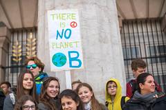 Junge Demonstranten halten Transparent mit There is no Planet B Botschaft. Demo gegen Umweltverschmutzung und Klimaerwärmung