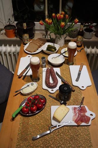 Abendbrot mit Ahle Wurscht, leicht geräuchertem Schinken und Käserest sowie Tomaten, Gewürzgurken und Silberzwiebeln