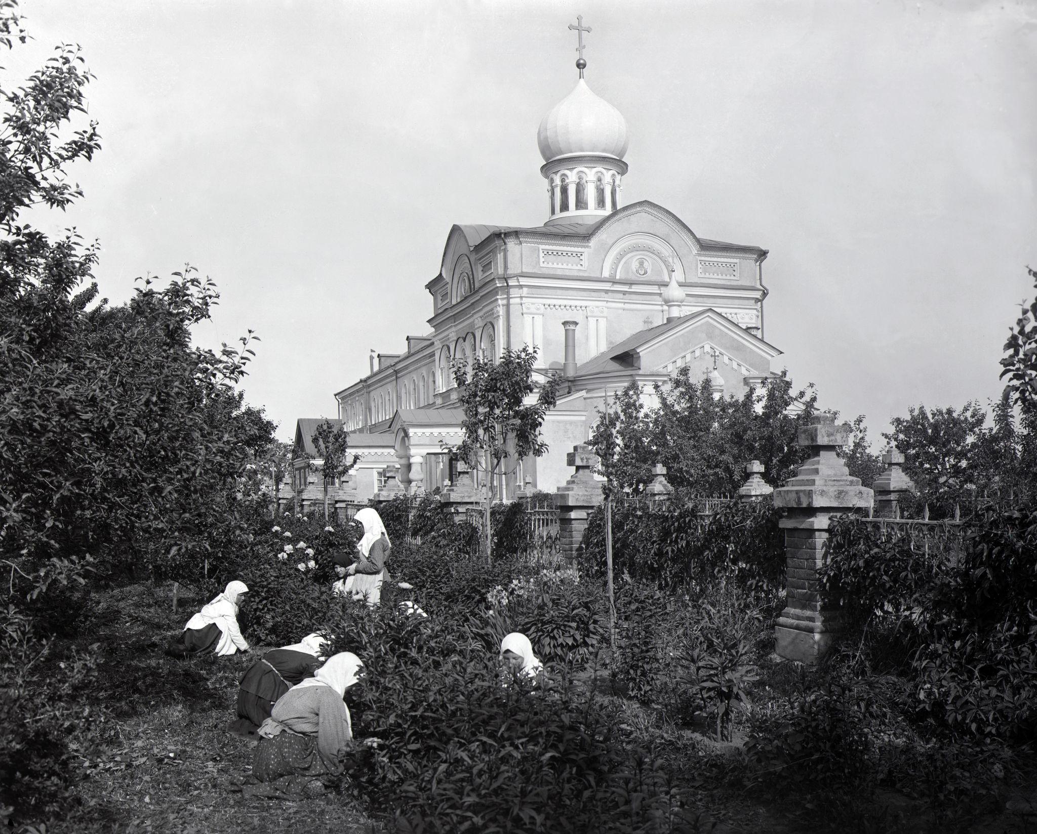 Монахини на садовых работах перед церковью Живоносного Источника в селе Понетаевка