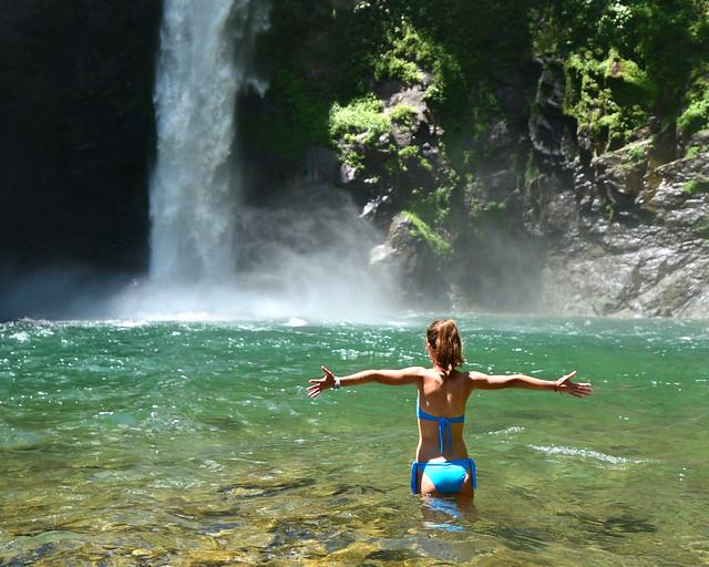 Baño en las aguas de la cascada Tappiya en Batad
