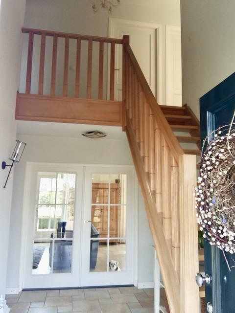 Dubbele deuren hal houten trap