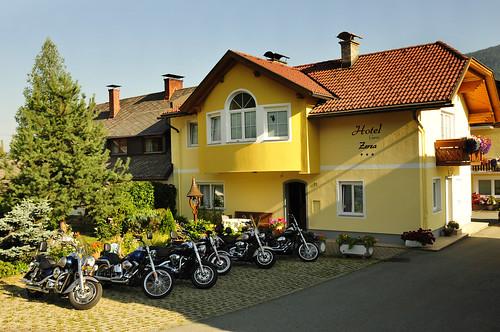 Motorräder im Hotel Garni Zerza